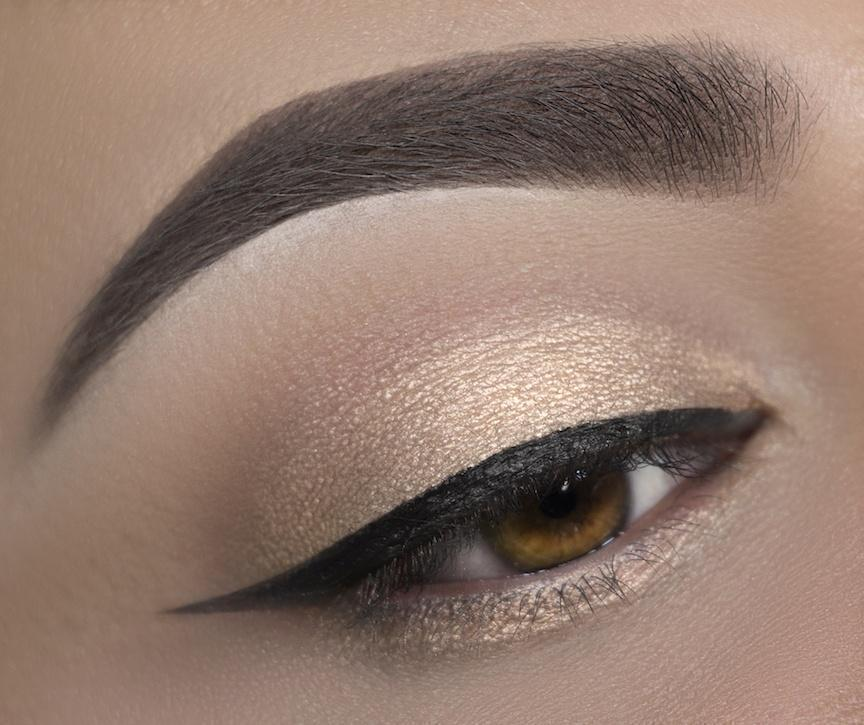 C17 Creme Brulee Eyeshadow Crownbrush Applied Eye Look