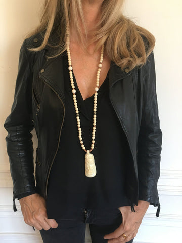 Collier long en bois, masque blanc corne - Jewels of Mala