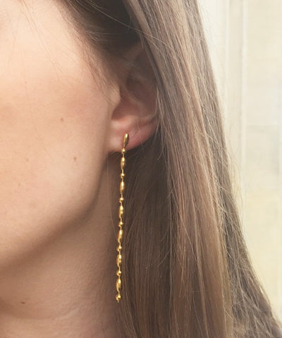 "Long gilding earrings with fine gold - ""Comet"" creator Eloise Fiorentino worn"
