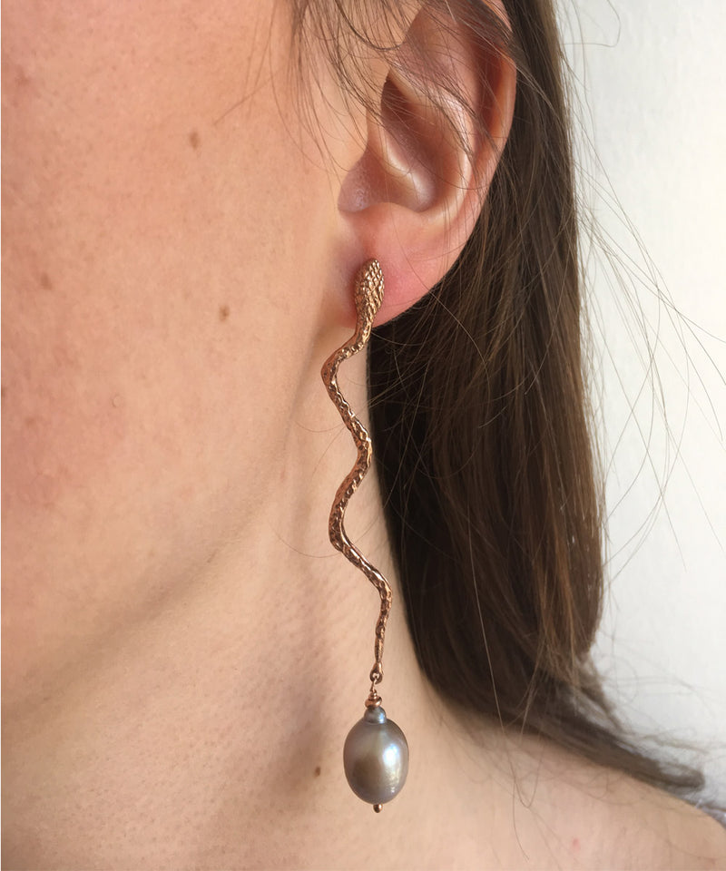 Snake earrings with baroque pearl