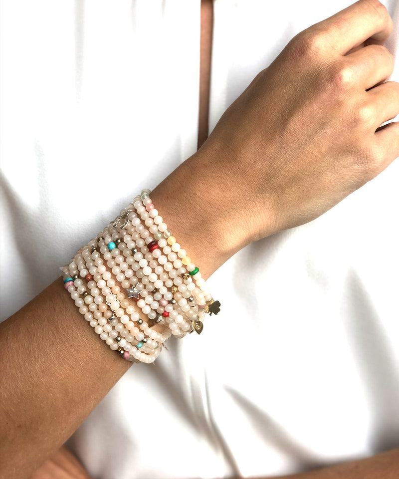 Manchette bracelet perles et charms Lucky 13 agates blanches - Lara Curcio Jewelry