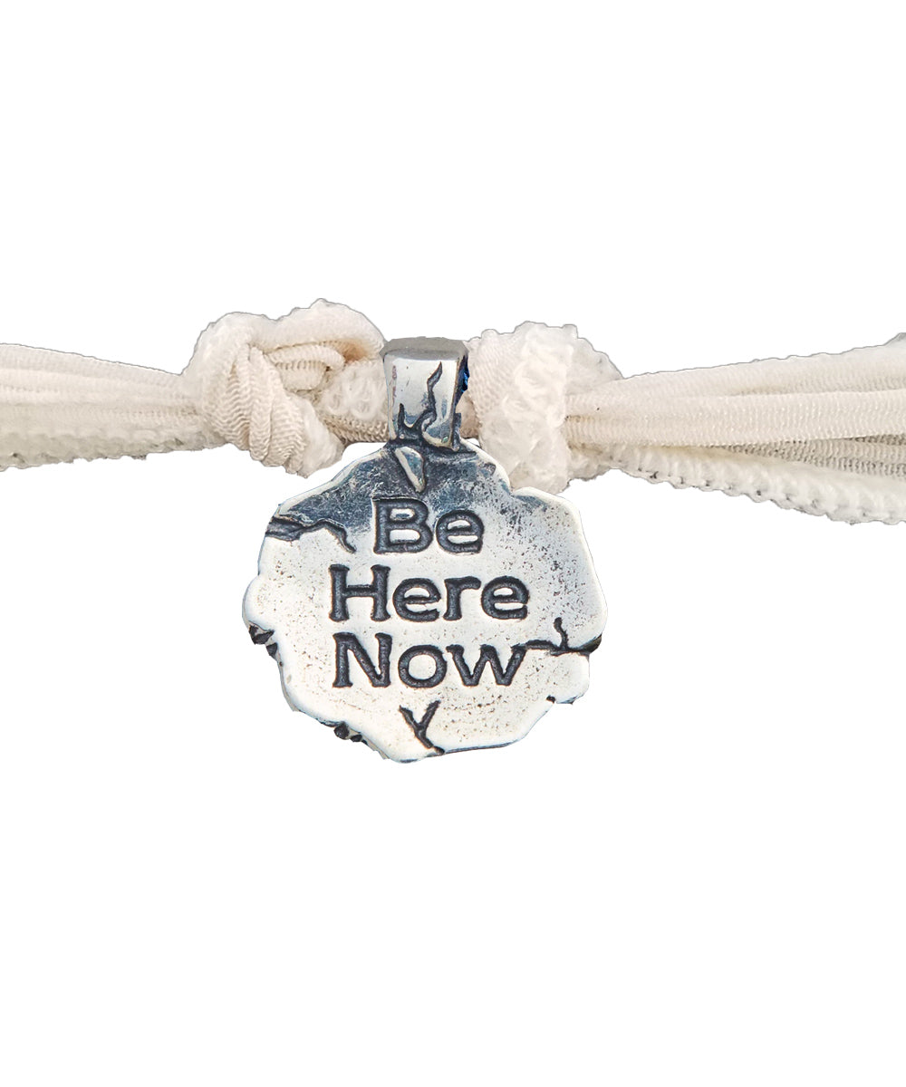 Bracelet charm Be Here Now en argent - Catherine Michiels