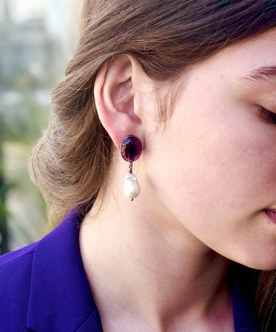 baroque pearl and amethyst earrings worn by Editions LESSisRARE Perles