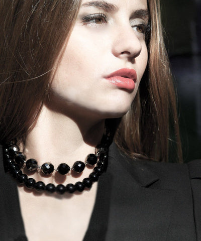 choker-necklace-choker-pearls-black-double-row-worn 1 FlotB