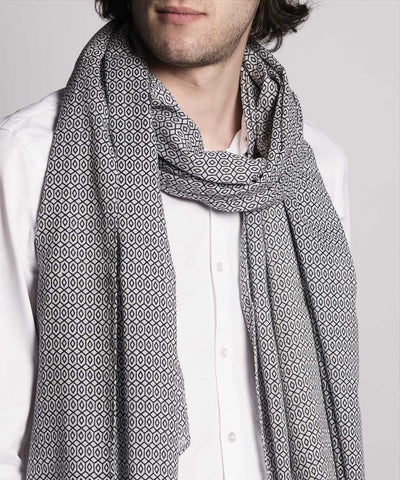 scarf-gray-a-pattern-for-men worn Editions LESSisRARE 1