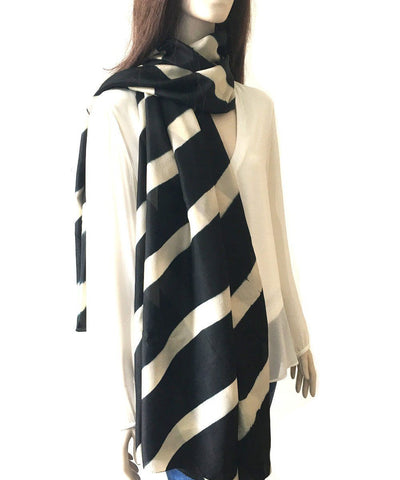 denovembre-scarf-in-silk-black-and-white-worn