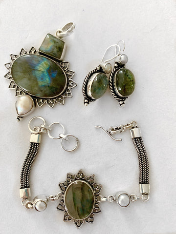 products/aurora-labradorite-and-pearl-pendant-pendants-12749463027796.jpg