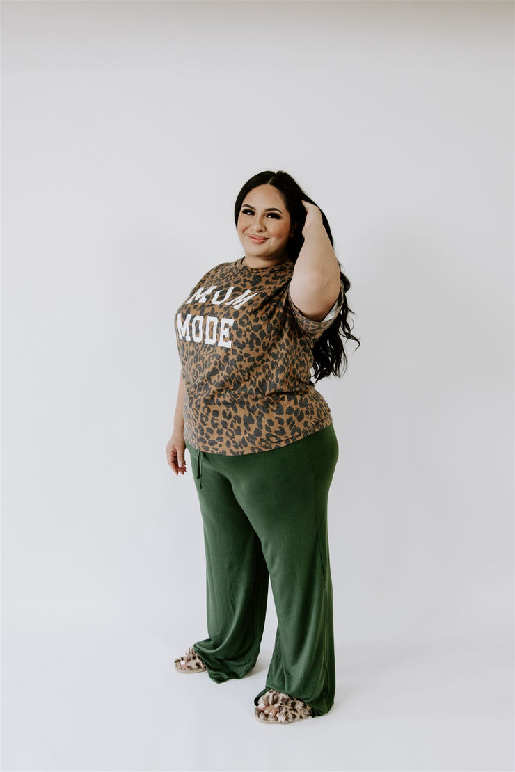 CURVY MOM MODE LEOPARD GRAPHIC TEE