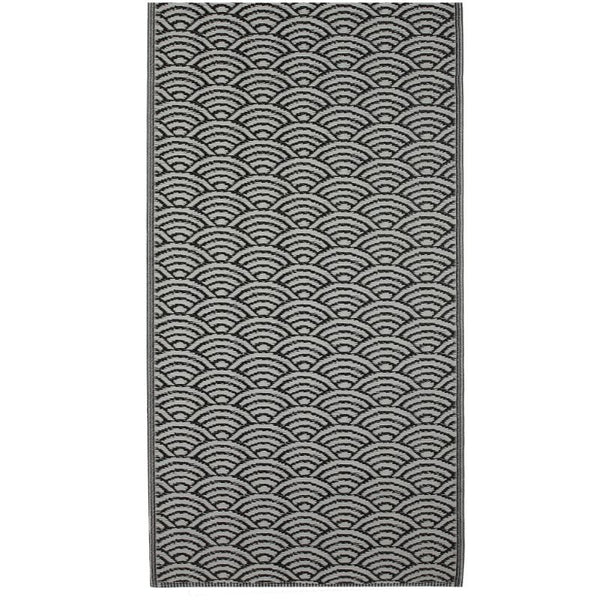 outdoor rug: scalloped black