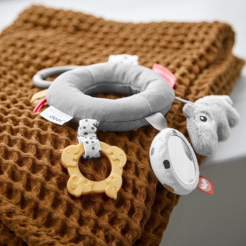 DONEBYDEER ACTIVITY RING DEER FRIENDS GRAU - Sausebrause Shop