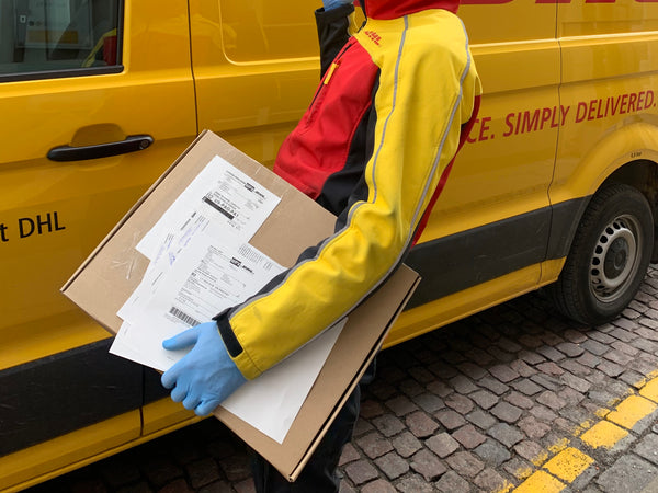 dhl_courier_working_ingloves.jpg