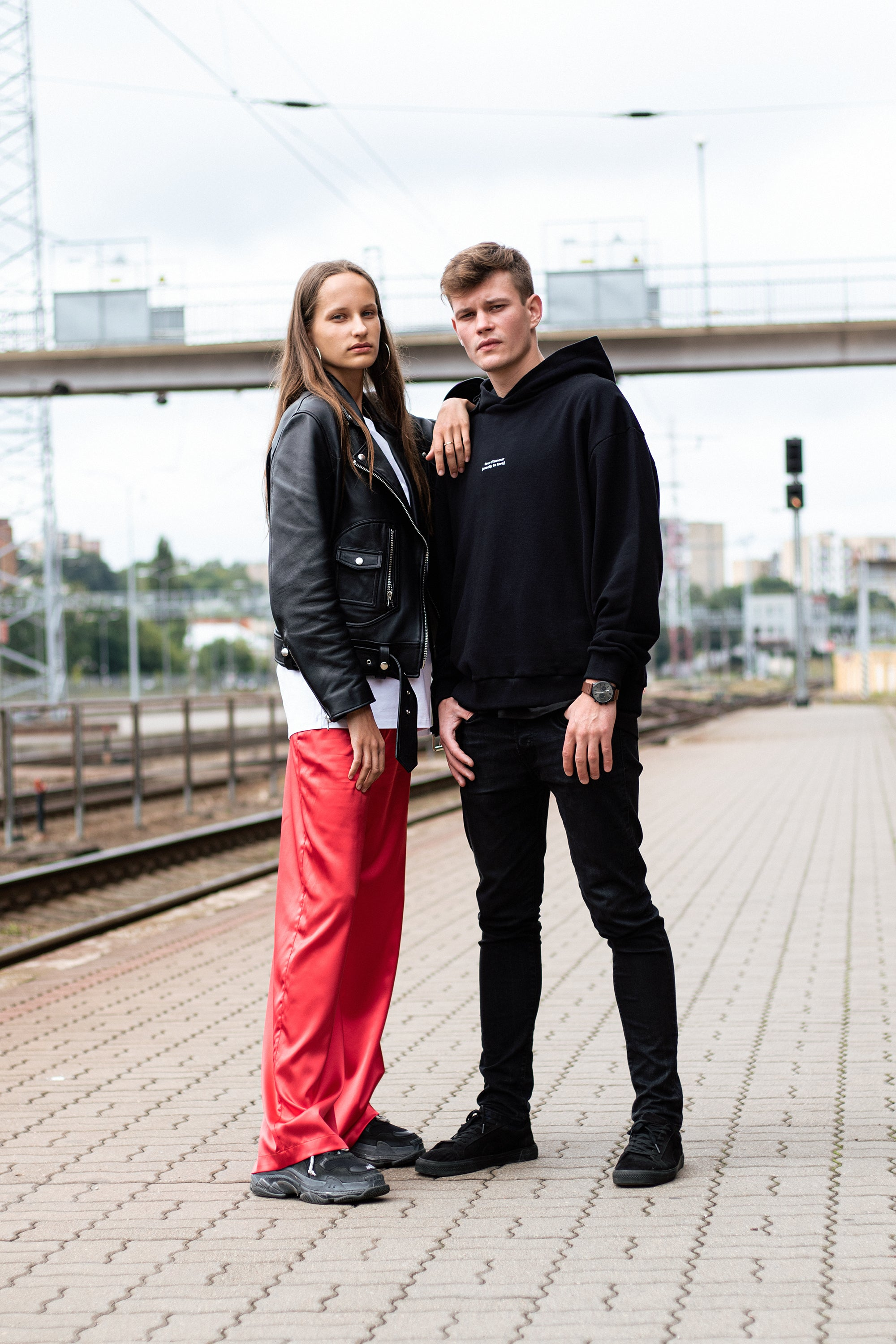le-slap-streetstyle-couple-photoshoot-red-pants-hoodie-sweater.jpg