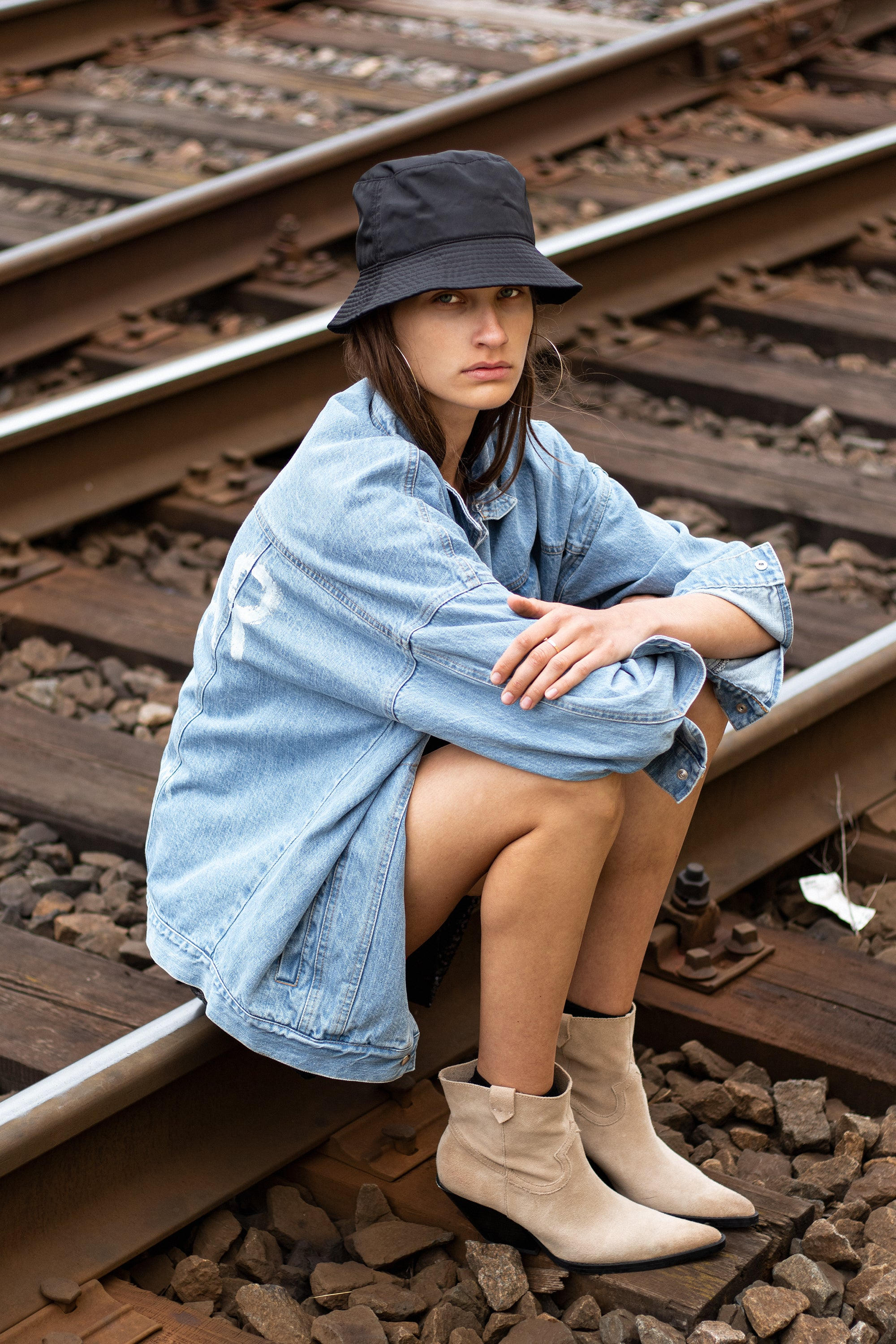 girl-le-slap-genes2-light-denim-jacket-streetstyle-cowboys-boots-photoshoot.jpg