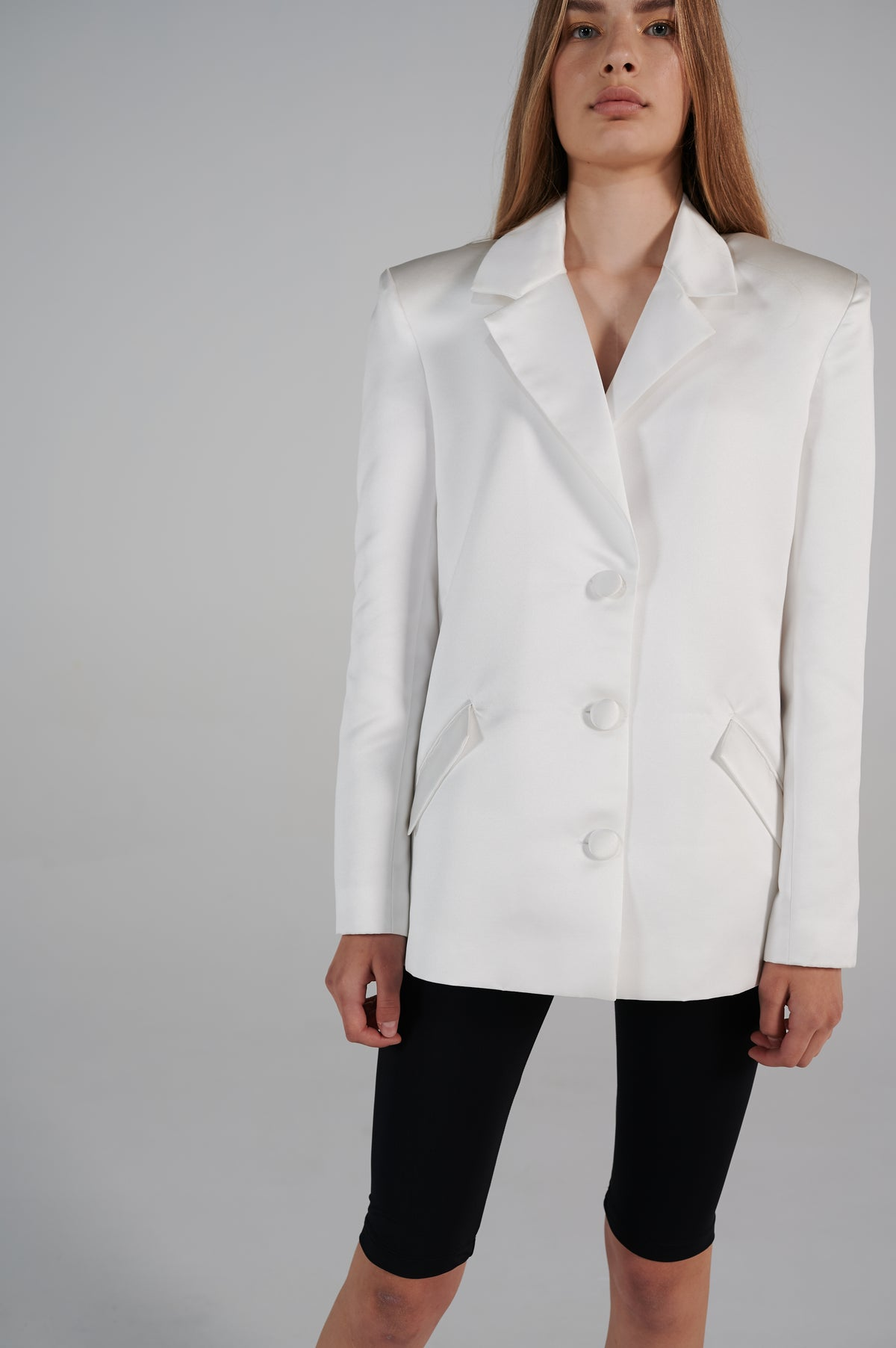 white-tailoring-jacket-details-pockets-slightly-oversized-shoulders-v-neck.jpg