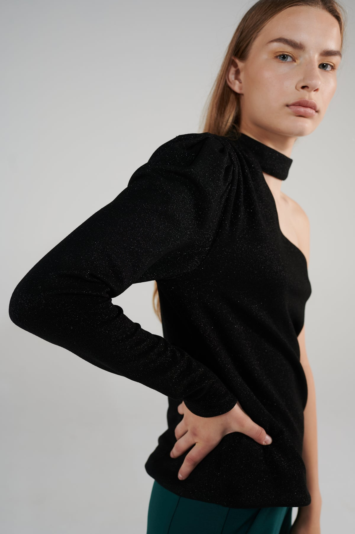 soigne-one-shoulder-top-black-lookbook-le-slap.jpg