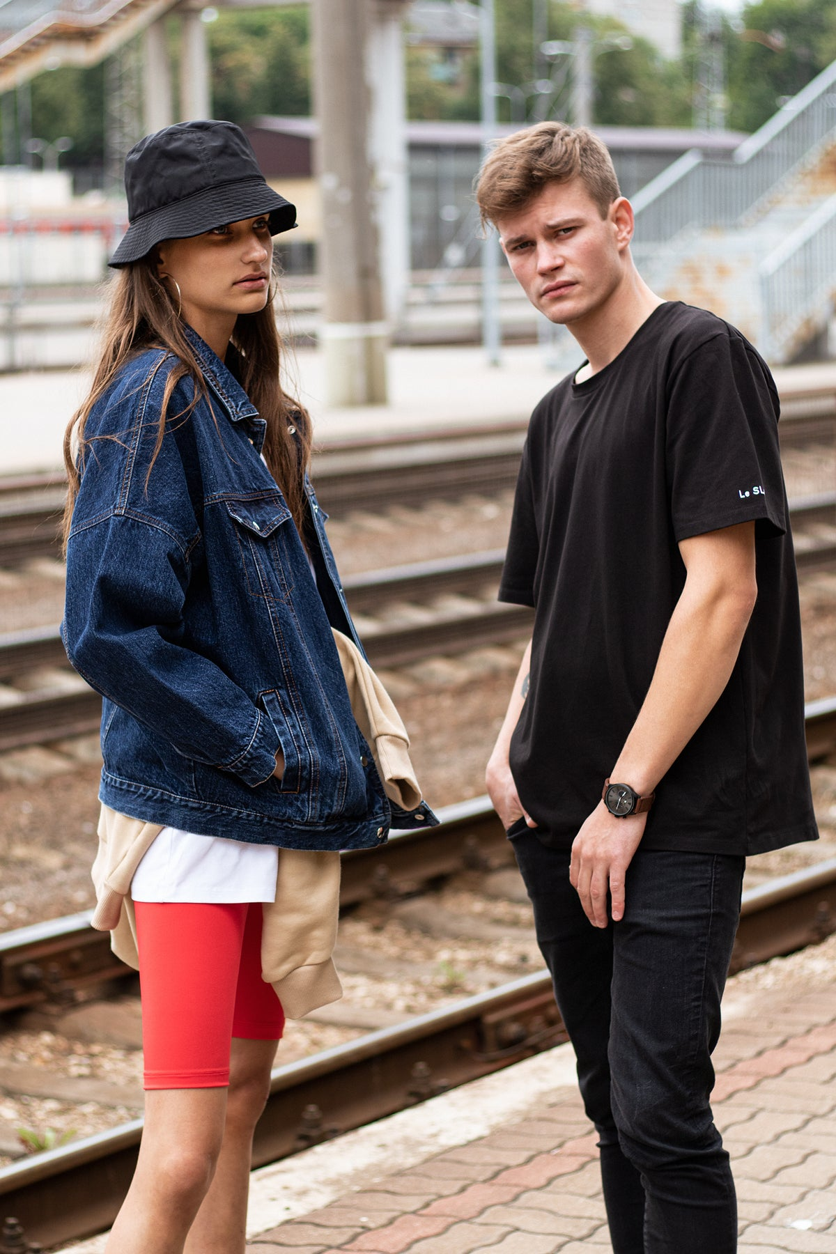 le-slap-couple-photoshoot-black-oversize-tshirt-students.jpg