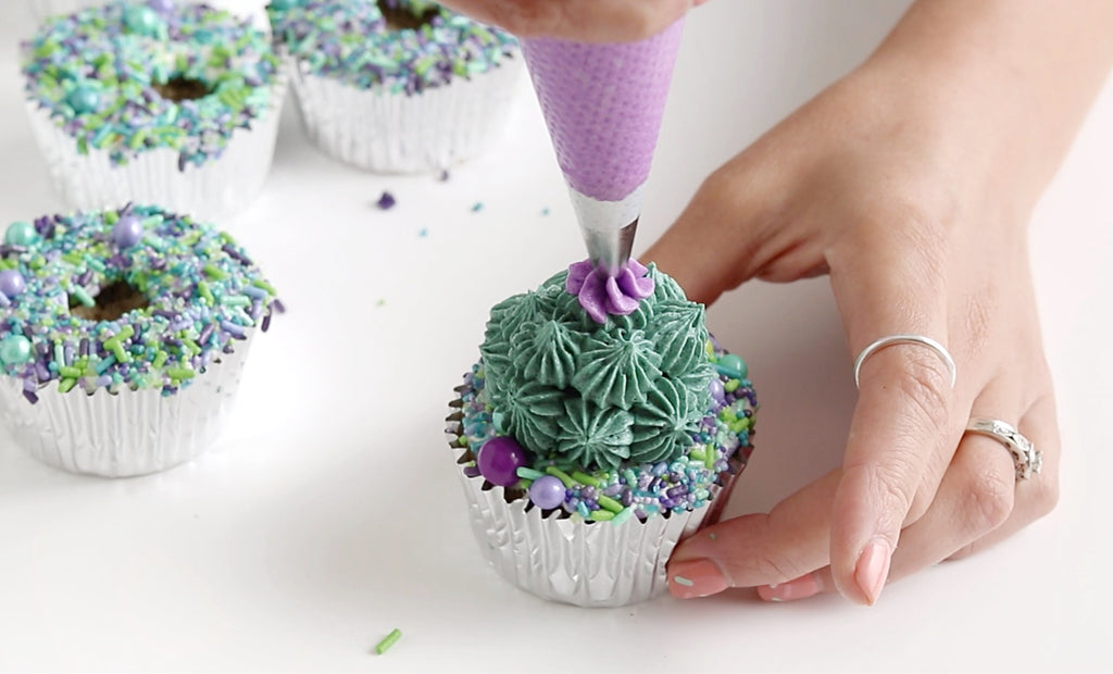 piping drop flowers with Wilton tip 109
