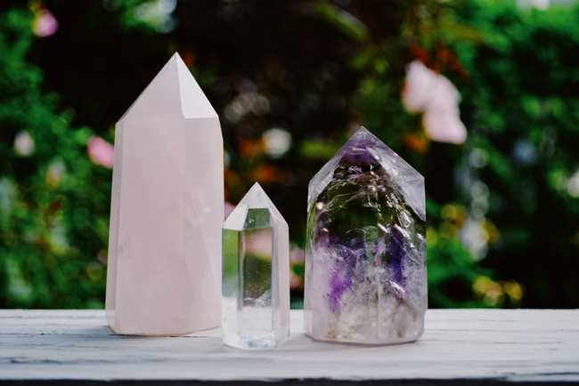 Crystal Healing: 5 Benefits of Decorating With Natural Stones - Amethyst Quartz Rose Quartz