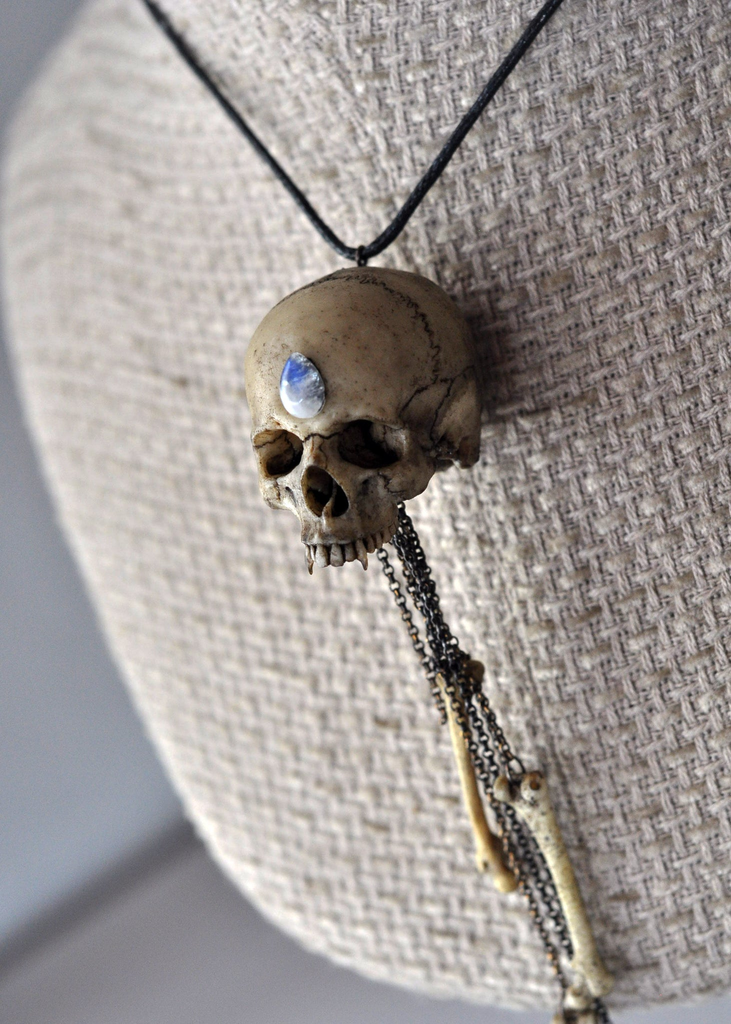 High Detailed Realistic Replica VAMPIRE Human Skull Necklace, Realistic Bones and Skull Pendant, Gothic Style Resin Jewelry, Gothic Accessories