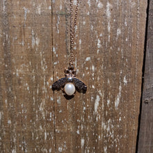 GOLD BEE WITH PEARL PENDANT NECKLACE