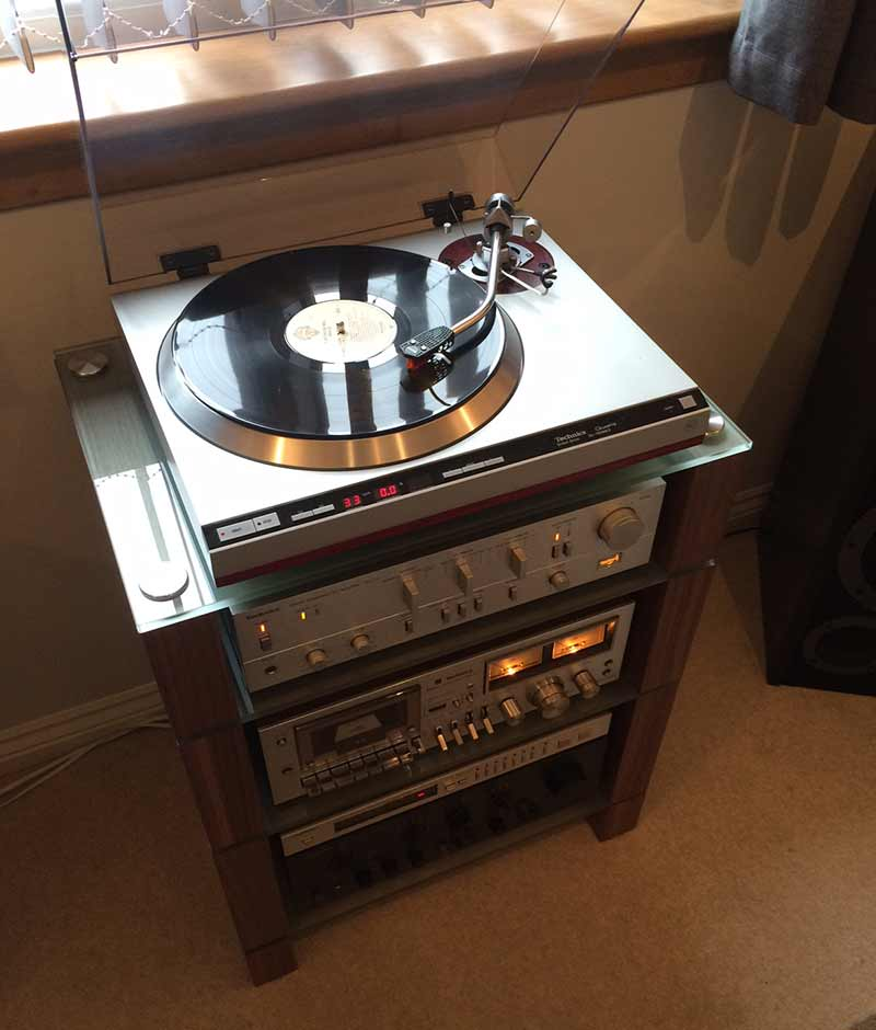 Walnut HiFi Stand with etched glass shelves, STAX 400 BLOK, customer photo.