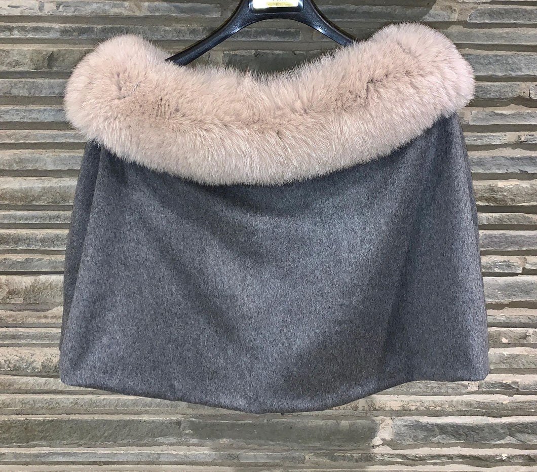 Carolina Capelette Cashmere Loro Piana in Medium heather grey with blue fox dyed sand