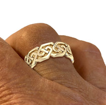 Men wearing Gold Irish Celtic Endless Wedding Band - US Jewels
