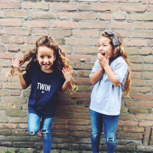 dutch twin girls in twin t-shirts from twinning store