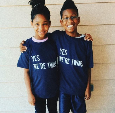 YES WE'RE TWINS KIDS T-SHIRT (NAVY) - Fashion for twins TWINNING STORE