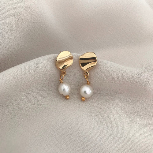 Tiny ondulado pearl earrings