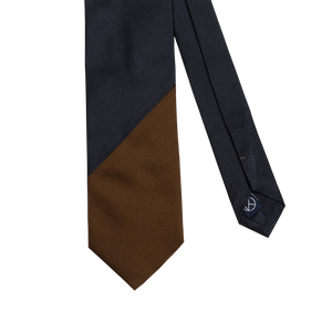 Two-piece tie with a navy saglietta and a camel warm silk on the tip.