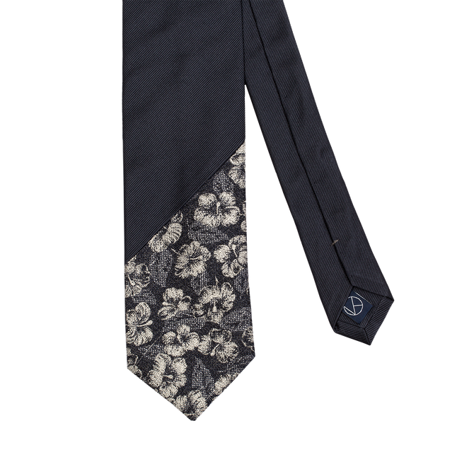 Two-piece necktie with a navy saglietta and a flowered silver and navy pattern on the tip.