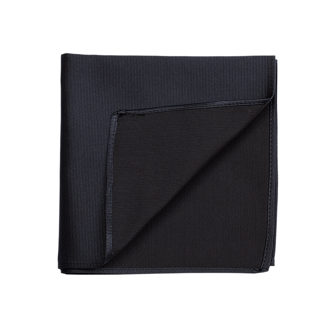 A solid navy pocket square, made of an elegant silk saglietta.