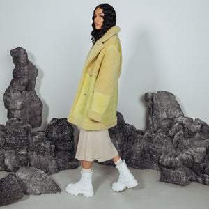 CANARY NAPPA CURLY. Shearling. Reversible. Oversized loose fitted style. Relaxed shoulder. Deep armhole and wide sleeves. Straight cut through torso. 33 in