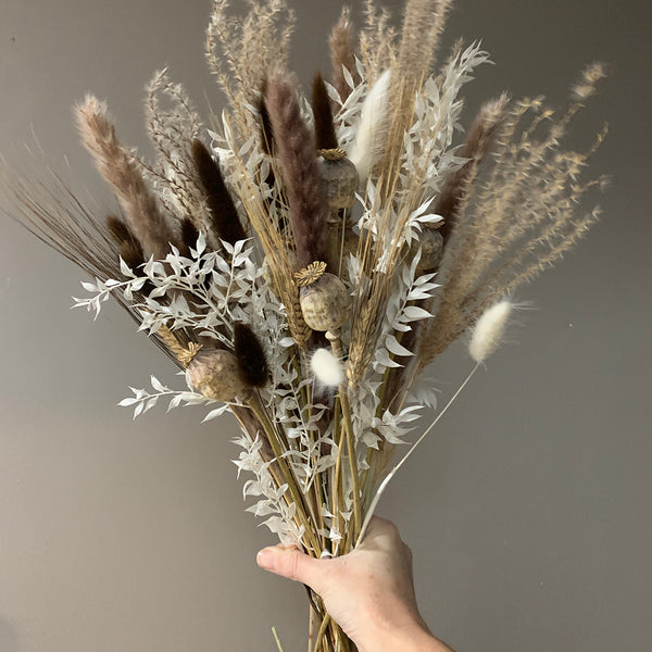 Dried flower arrangement, neutral