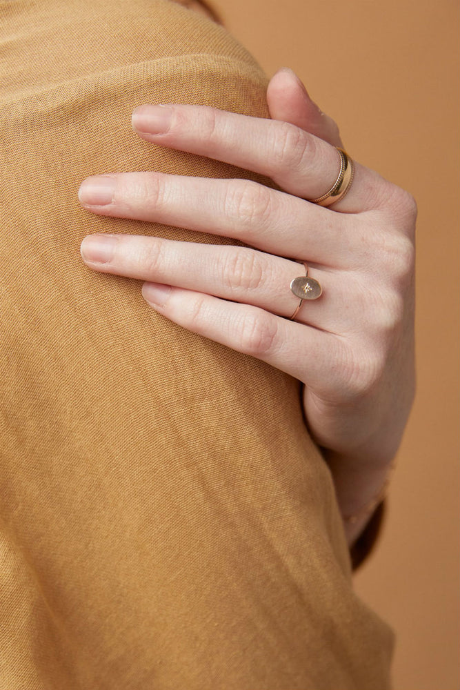 Able - Dainty Oval Ring - Gold - Model