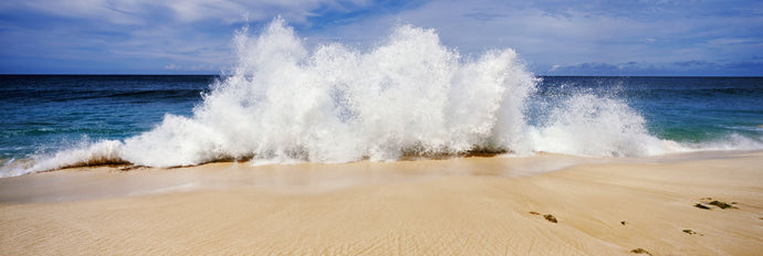 Breaking waves on the beach, Oahu, Hawaii, USA