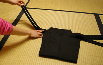 How to put on and fold Hakama 10