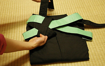 How to put on and fold Hakama 15