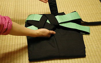 How to put on and fold Hakama 16