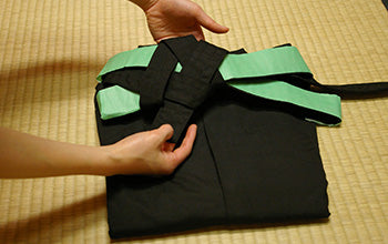 How to put on and fold Hakama 17