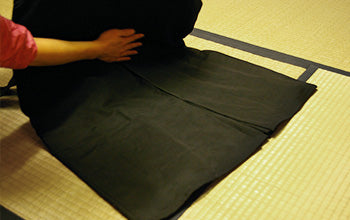 How to put on and fold Hakama 03