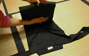 How to put on and fold Hakama 07