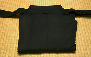 How to put on and fold Hakama 08