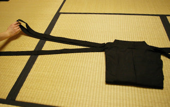 How to put on and fold Hakama 09