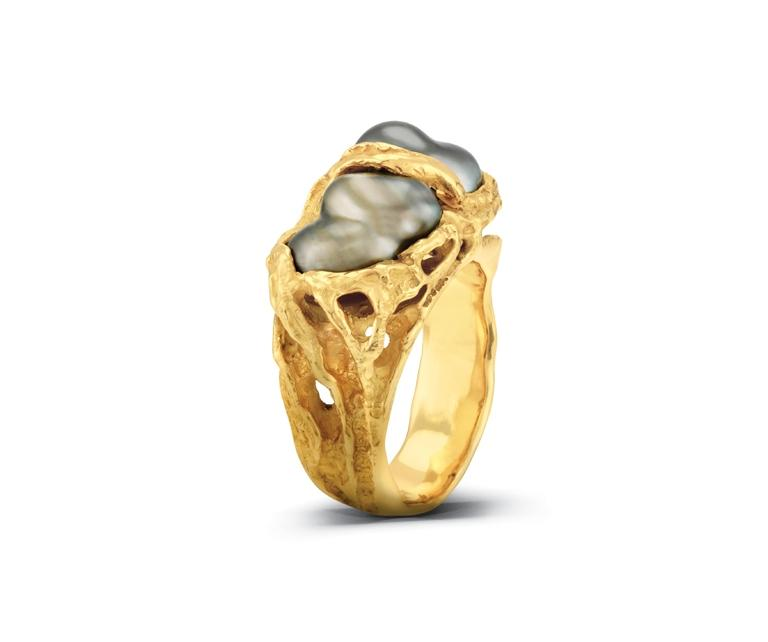 One 18ct yellow gold pearl ring