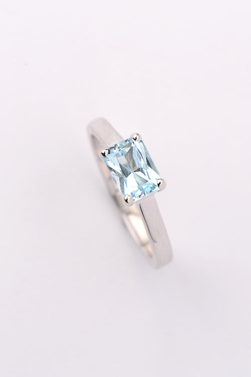 Aquamarine  9ct white gold ring