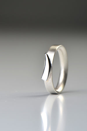 Cairn ring silver curved detail
