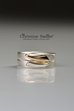 Cairn ring with yellow gold curved detail