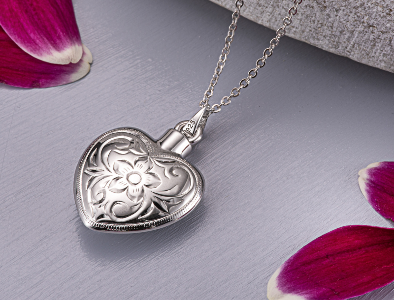 Lockets with ashes, a very special Valentine's present
